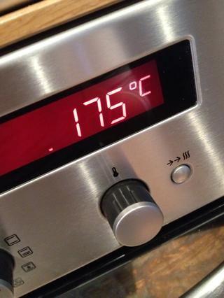 Encienda el horno a 175C / 350F.