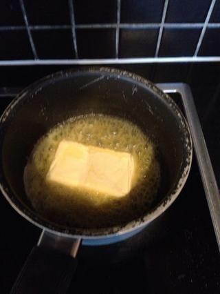 Derretir la mantequilla en una sartén. ??????