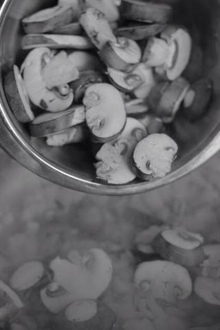 Añadir en 8 onzas de hongos frescos y cocinarlos hasta que empiecen a ablandarse. A continuación, añadir 4 tomates picados pelados o 1 lata de tomates picados, 2 cucharaditas de cilantro, 2 cucharaditas de comino, 2/1 cucharadita de cúrcuma.