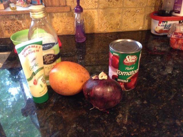 Para la salsa de barbacoa, saltear inicialmente las cebollas rojas (finamente picada), ajo, aceite de oliva, y los pedazos de mango