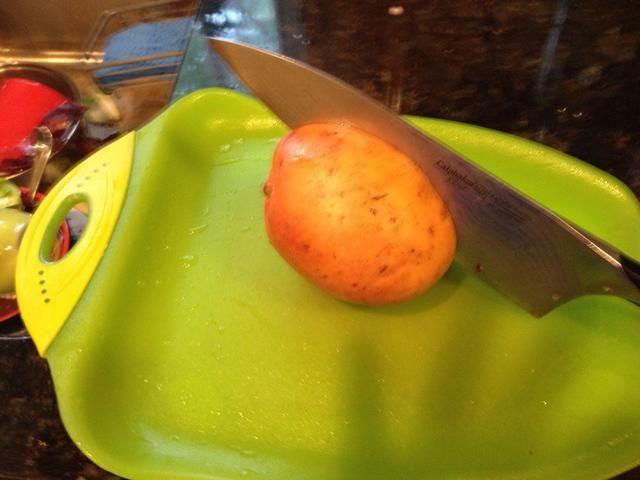 1 mango maduro de tamaño medio