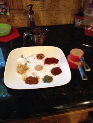 Una vez que los tomates empiezan a romper, añadir el vinagre balsámico, el azúcar morena, y las especias que he enumerado para la salsa barbacoa