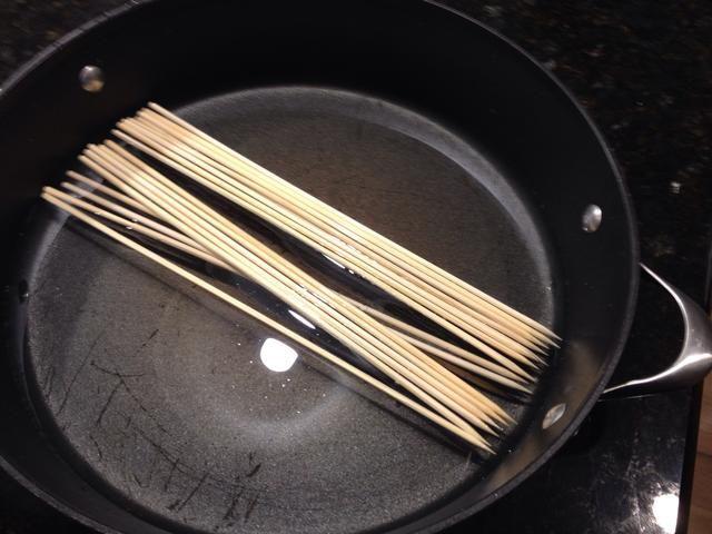 Remoje los pinchos por lo que don't go up in flames on the grill