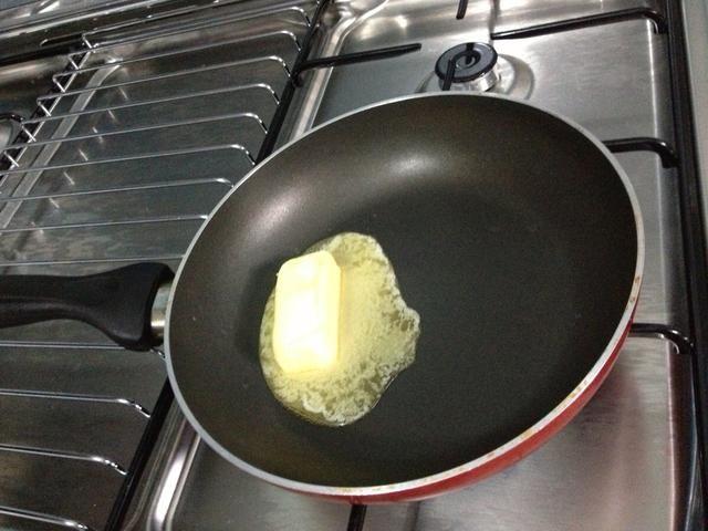 Derretida 2 cucharadas de mantequilla o manteca