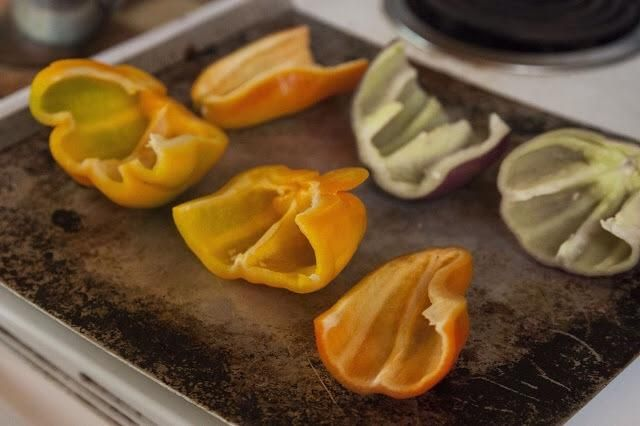 Hornear en el horno durante unos 25 minutos o hasta que're soft. When the peppers are done, take them out and set them aside.