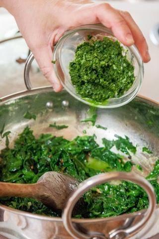 Cuando los verdes se marchitaron, y bien cocidas, retirar la tapa y añadir en la pasta de jengibre molido. Añadir sal al gusto y mezclar todo bien. Deje esta mezcla cocine por otros 3 o 4 minutos.