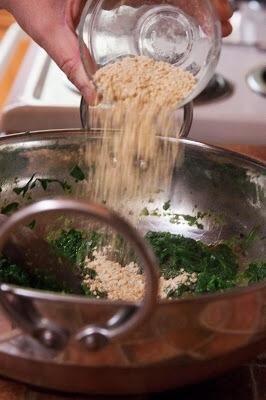 Tome la sartén del fuego y revolver la harina de garbanzos tostados en las espinacas.