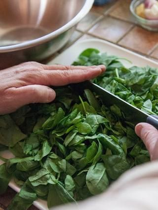 Lavar, secar y cortar las verduras que planea utilizar. Después de usted've chopped them you should have about 6 cups of greens. Wash , dry and chop the greens you plan to use. Set them aside.