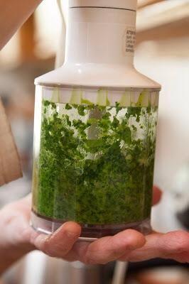 Coloque el jengibre, la cebolla, el cilantro y los chiles en un molinillo o licuadora. Añadir un poco de agua y se muelen hasta obtener una pasta. Establezca la pasta a un lado.