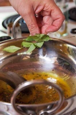 Mezcle todo bien y echar en las hojas de curry.
