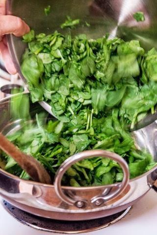 Mezclar todo y poner las verduras picadas en la sartén.