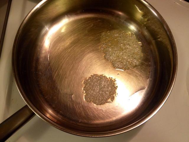 Calentar un poco de mantequilla y aceite de oliva en una sartén.