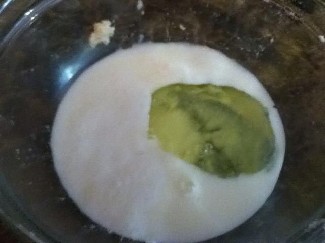 En otro tazón, mezcle el suero de leche (I'm using sour milk because I didn't want to buy buttermilk for just this recipe), baking soda, vanilla and egg white.