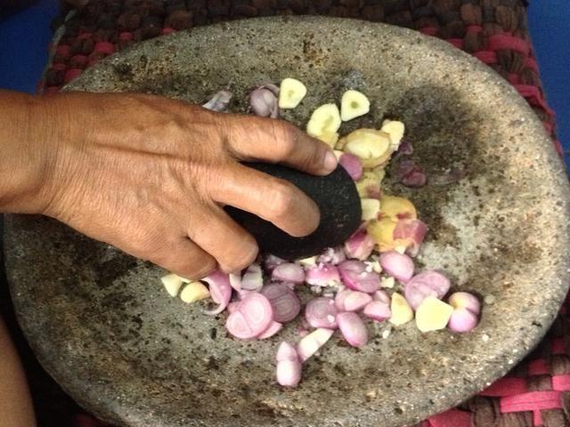 No se olvide de añadir en 0,5 cucharadita de sal marina antes mezclan la mezcla chalotes. Por cierto eso no es mi mano: P