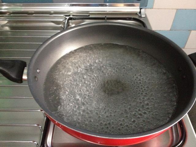 Hierve un poco de agua. Sólo lo suficiente para cocinar los fideos