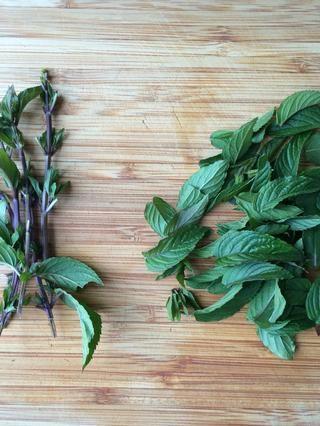 Apriete las hojas de los tallos o puedes dejarlos en Es ...'s up to you