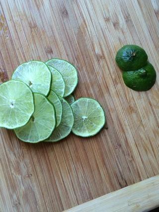 Rodaja de limón en círculos delgados, el abono de los extremos