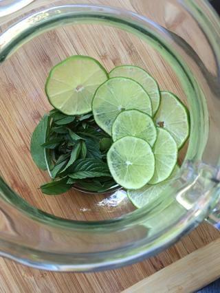 Añadir las hojas y las rebanadas de una jarra de vidrio.