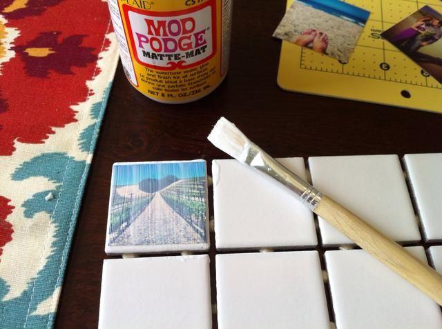 Ponga su imagen en el azulejo Mod Podged y pintarlo con otra capa de Mod Podge. Asegúrese de cubrir en el que el borde de la imagen se encuentra con el azulejo.