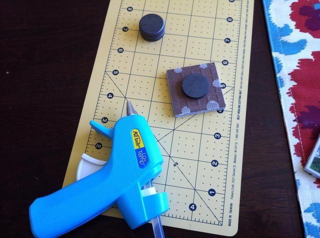 Una vez que los azulejos son completamente seco (aproximadamente 30 minutos, dependiendo de la cantidad de Podge Mod utilizó), usar su pistola de pegamento caliente para adherir un imán en la parte posterior de cada azulejo. Deje que se sequen (menos de 10 min).