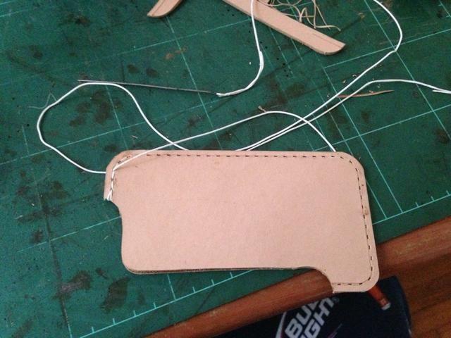 Iniciar la costura desde la parte superior de la caja .. hacer un doble bucle en el comienzo y el final de la costura
