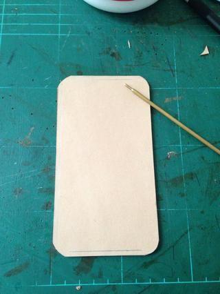 Marque una línea sobre 2.5-3mm desde el borde de cada lado .. Es de marcado con la que la costura se irá