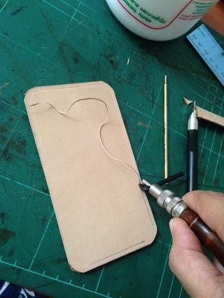 Usando su cuero ranuradora ajustado a 3 mm que canal en todo el cuero como lo ..