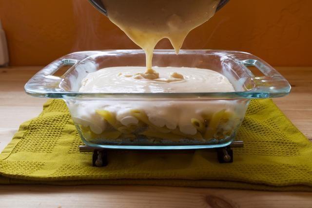 Vierta la salsa de queso cheddar irlandés y mezclar.