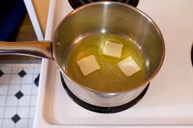 Derrita la mantequilla en una cacerola.