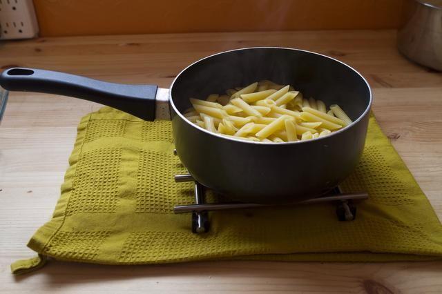 Cocine penne en una cacerola durante 2 minutos menos que el envase recomienda.