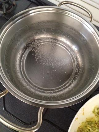 Deje hervir agua y añadir la sal