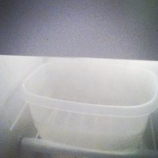 Una vez que comience a hervir, retirar del superficie caliente durante un par de minutos y colóquelo en el congelador. (Me puse en un recipiente de plástico porque no wasn't that much room on there)