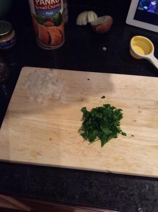 Cortar o picar la cebolla y picar el perejil.
