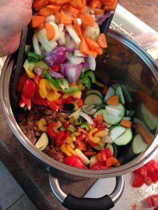 Ponga todo, EXCEPTO Tortellini en olla o olla de cocción lenta. (Yo usé un poco de pimiento rojo, verde y amarillo, más un poco de cebolla roja de color adicional.