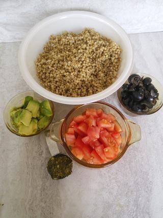 Pelar y picar el aguacate en trozos pequeños. Picar el tomate y aceitunas negras en trozos pequeños también.