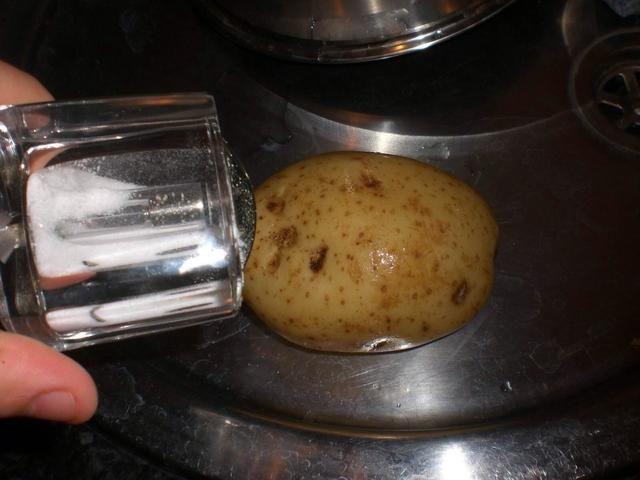 Espolvorear un poco de sal y pimienta (Hará crujiente piel)