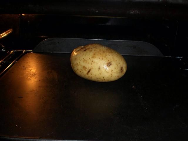 Coloque las papas en una bandeja de horno y hornear durante aproximadamente 1 hora, dando vueltas a la mitad.