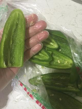Limpiar y tirar toda la semilla jalapeños.