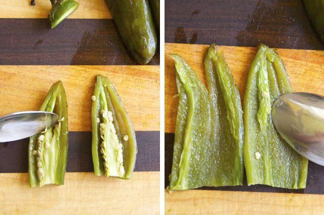 Una vez que los jalapeños se enfrían, pelar suavemente la piel carbonizada con agua fría del grifo. Cortar por la mitad y deseed. Si te gusta picante, omita este paso y los puso en el procesador de alimentos.