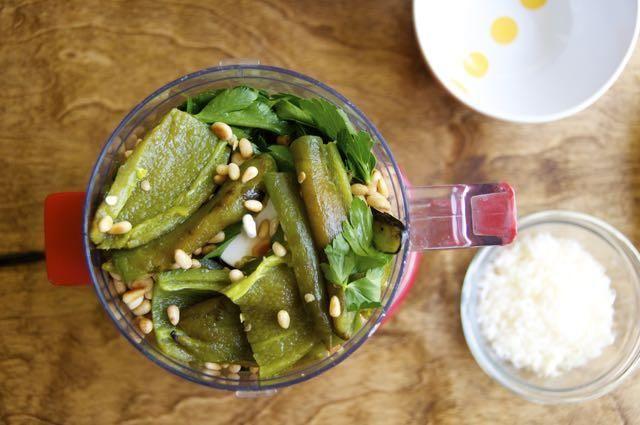 Coloque todos los ingredientes (menos el aderezo de chipotle y aceite) en el procesador de alimentos o licuadora.