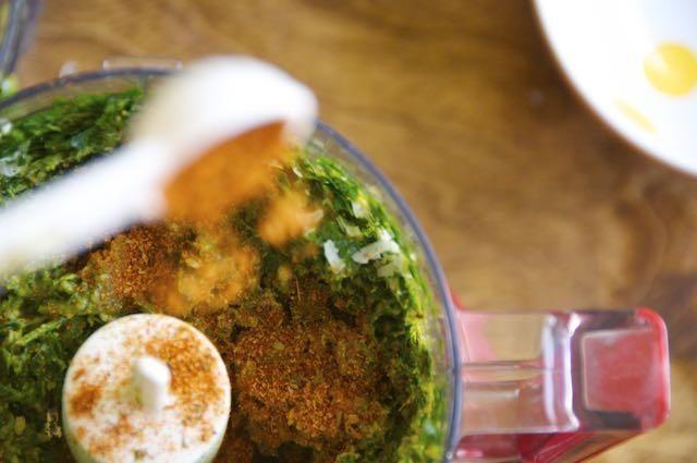 Añadir mezcla de condimentos Smokin Chipotle a la mezcla.