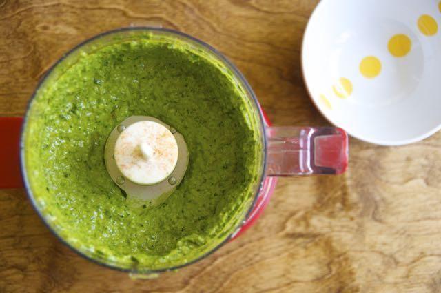 Lloviznar lentamente el aceite de oliva en el procesador, mientras que pulsando la mezcla. Y ... Viola! Jalapeño asado y pesto de cilantro!
