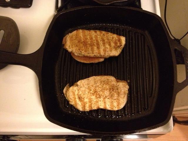 Cocine su pechuga de pollo durante unos 25 minutos.