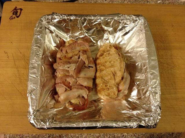 Salí corriendo de tocino, así que hice una con y otra sin. Agregue el pollo a una sartén y echar en el horno durante unos 15-20 minutos.