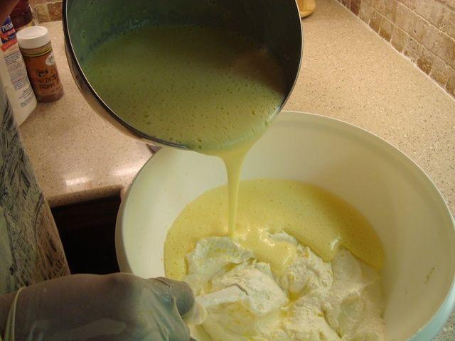 Batir los huevos en la mesa de mezclas y luego añadir la mantequilla y el azúcar. Agregar la vainilla, la ralladura de limón y el jugo de limón. Mezclar e incorporar también.