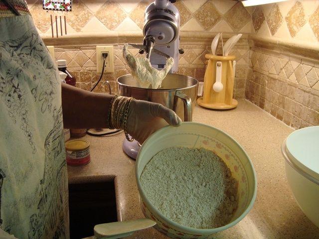 Combine la harina, todas las especias, polvo de hornear y la sal.