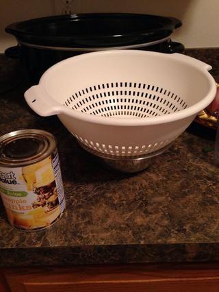 Abra su lata de trozos de piña y escurrir sobre un tazón reservar el jugo.