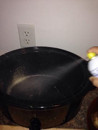 Rocíe la olla de barro con aceite en aerosol para cocinar sin palo.