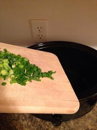 Coloque en la olla de barro.