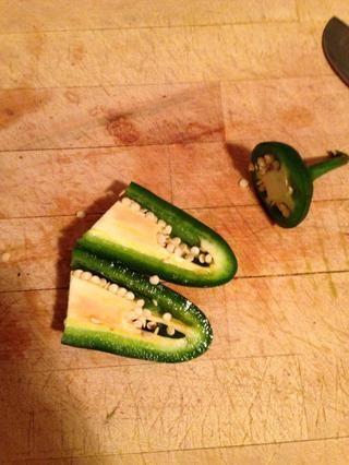 Cortar el jalapeño a la mitad.